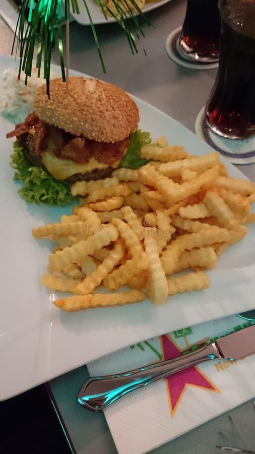 Hamburger avec des pommes frites dans un wagon-restaurant des USA images libres de droits