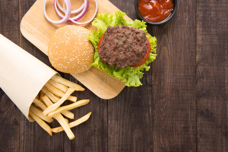 Hamburger avec des pommes frites sur le fond en bois photo stock