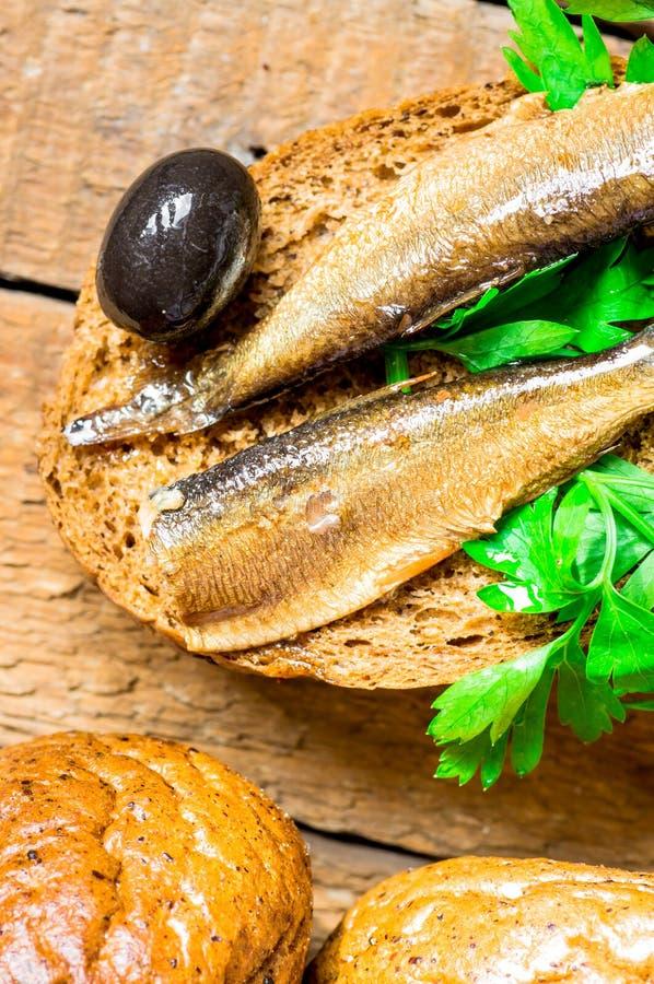 Hamburger avec des sardines et des olives images stock
