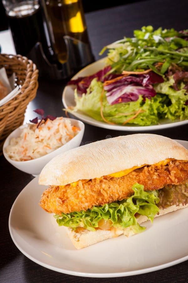 Hamburger avec du blanc de poulet pané d'or photos libres de droits