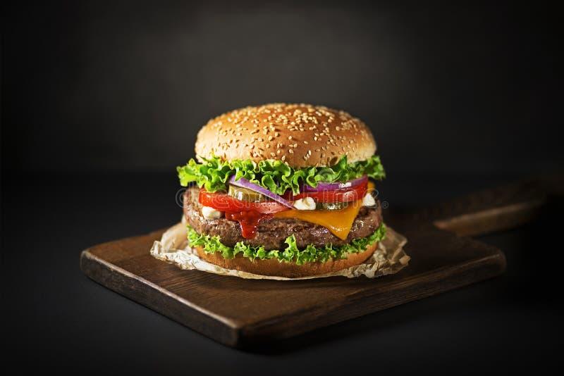 Hamburger avec du boeuf et le fromage images libres de droits