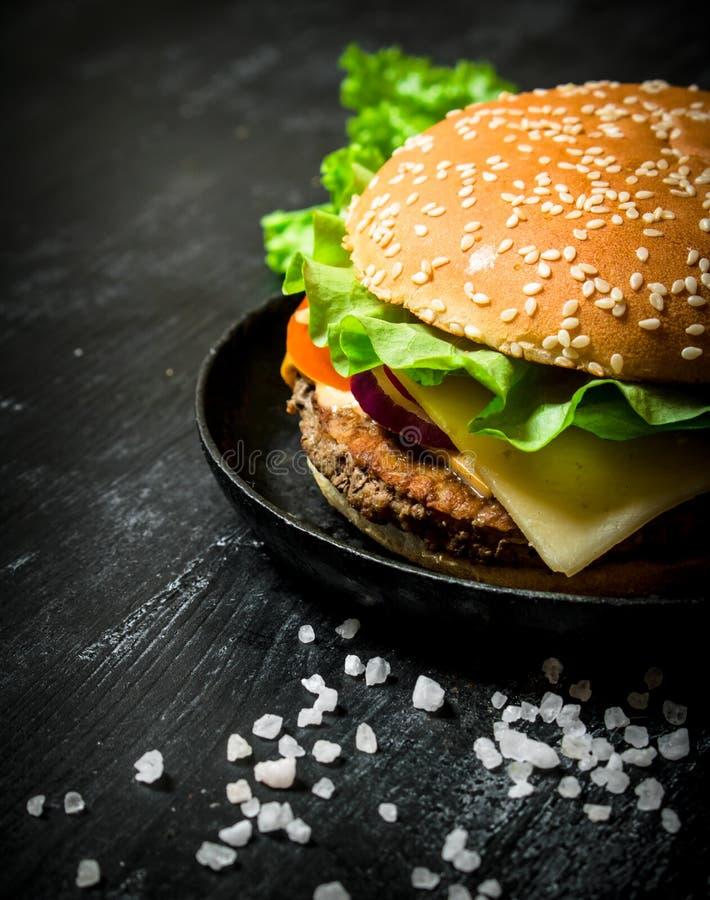 Hamburger avec du fromage, la côtelette de viande et les légumes photos libres de droits
