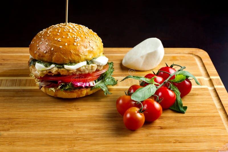 Hamburger avec du fromage sur un bambou dash-2 images libres de droits