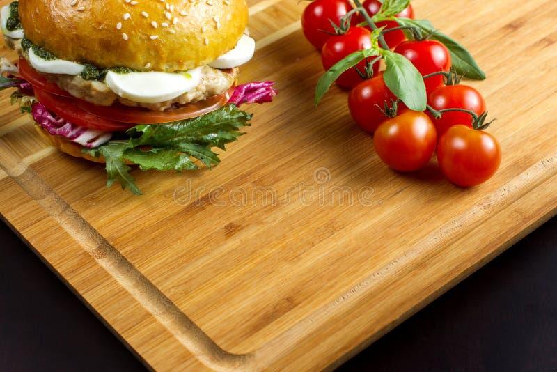 Hamburger avec du fromage sur un bambou dash-3 photo libre de droits