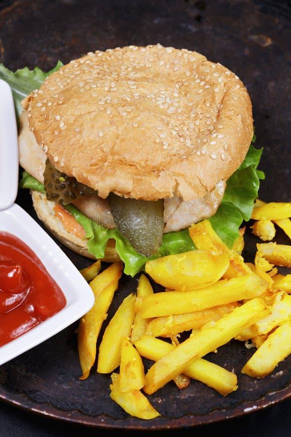 Hamburger avec la côtelette de poulet photos libres de droits