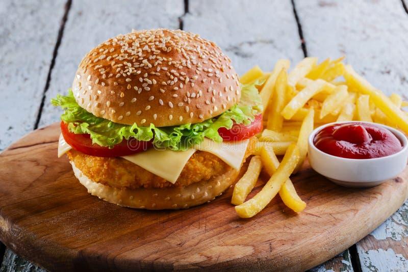 Hamburger avec la côtelette panée image libre de droits