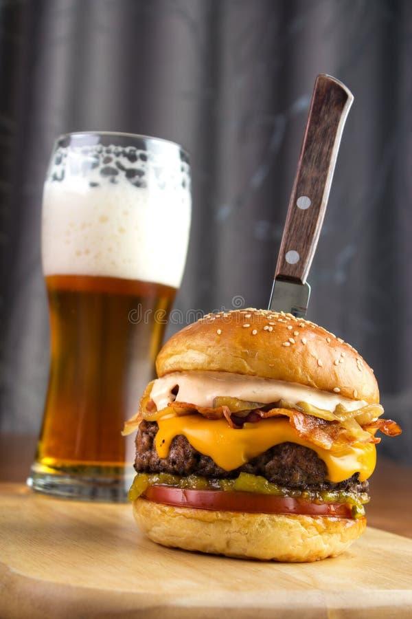 Hamburger avec le couteau images libres de droits