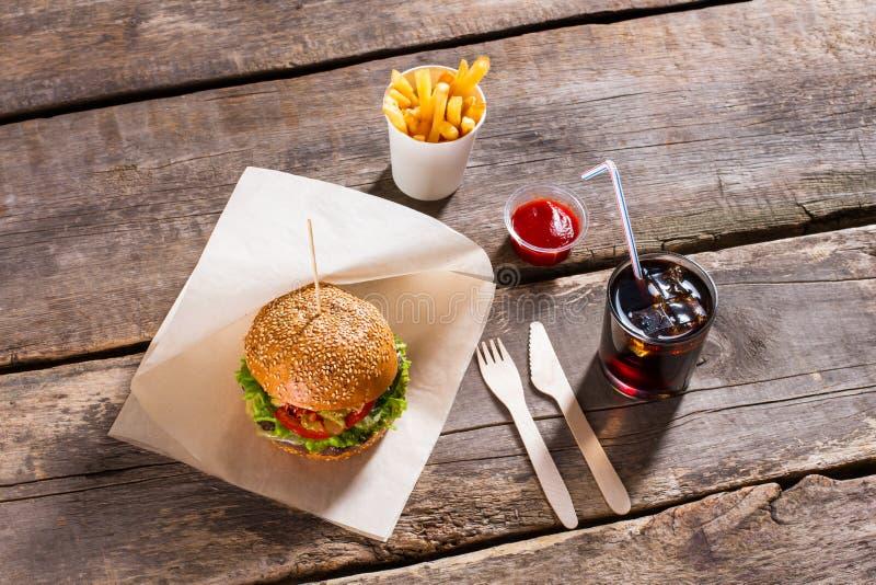Hamburger avec le kola et les fritures images libres de droits