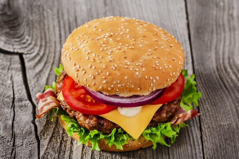 Hamburger avec le lard grillé de fromage de viande photographie stock libre de droits