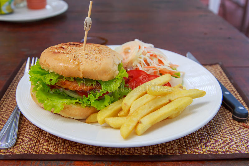 Hamburger avec les pommes frites et la salade photos libres de droits