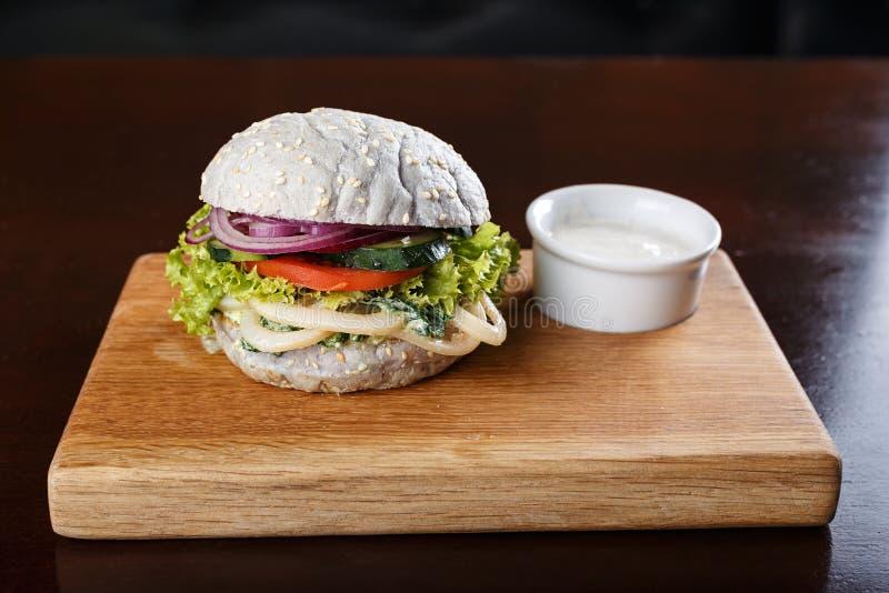 Hamburger blu con salsa fotografia stock libera da diritti