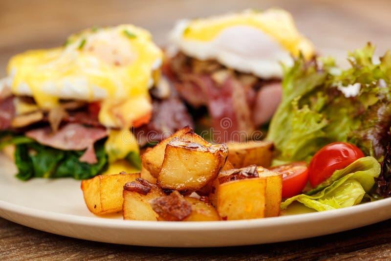 Hamburger, Burger mit gegrilltem Rindfleisch, Ei, Käse, Speck und Gemüse lizenzfreie stockbilder