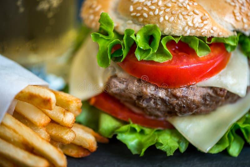 Hamburger caseiro com legumes frescos e batatas fritas imagens de stock