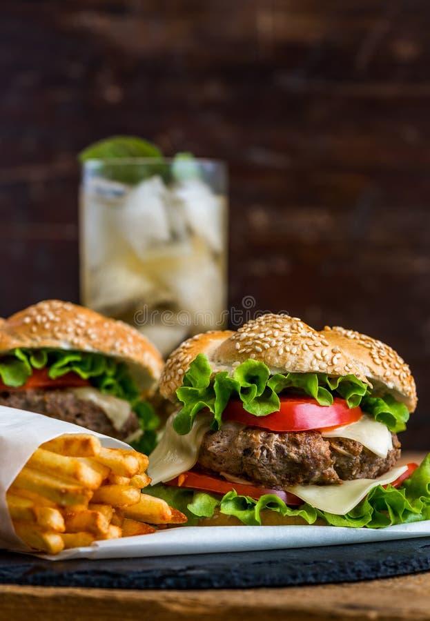 Hamburger caseiro com legumes frescos e bebida com gelo imagens de stock royalty free