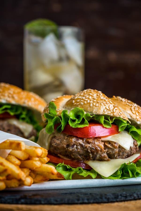 Hamburger caseiro com legumes frescos e bebida com gelo foto de stock