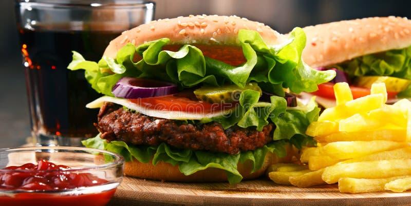 Hamburger caseiro com queijo e os legumes frescos foto de stock royalty free