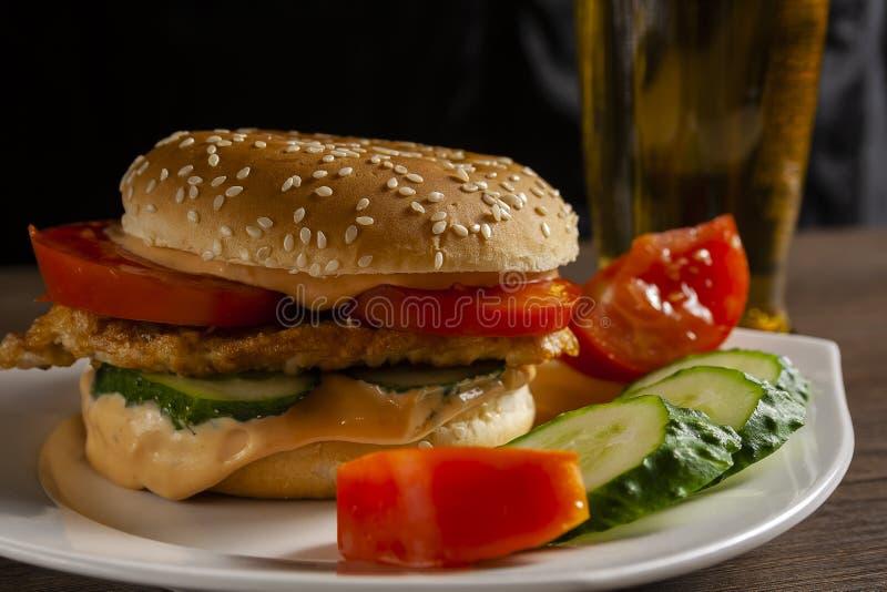 Hamburger Chiken com uma cerveja fotos de stock royalty free