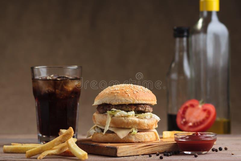 Hamburger classico del doppio del manzo con gli ingredienti fotografia stock