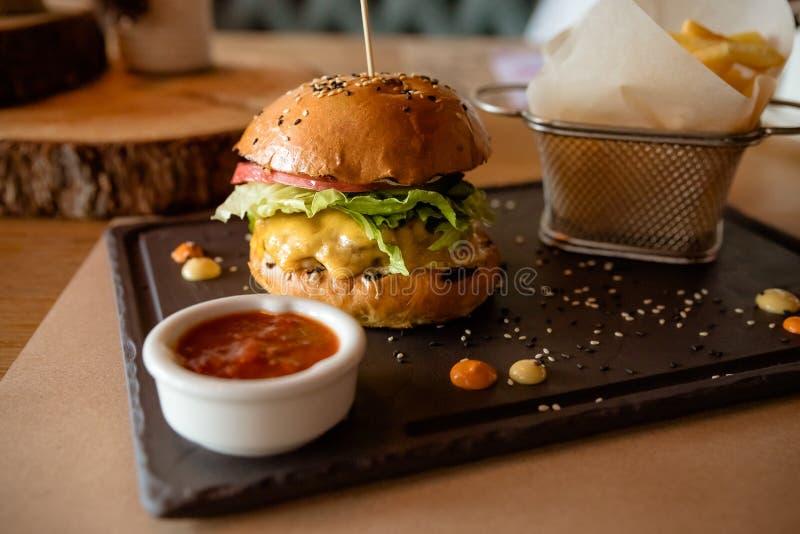 Hamburger classico del manzo alimenti a rapida preparazione e concetto non sano di cibo Spuntini degli alimenti a rapida preparaz immagine stock libera da diritti
