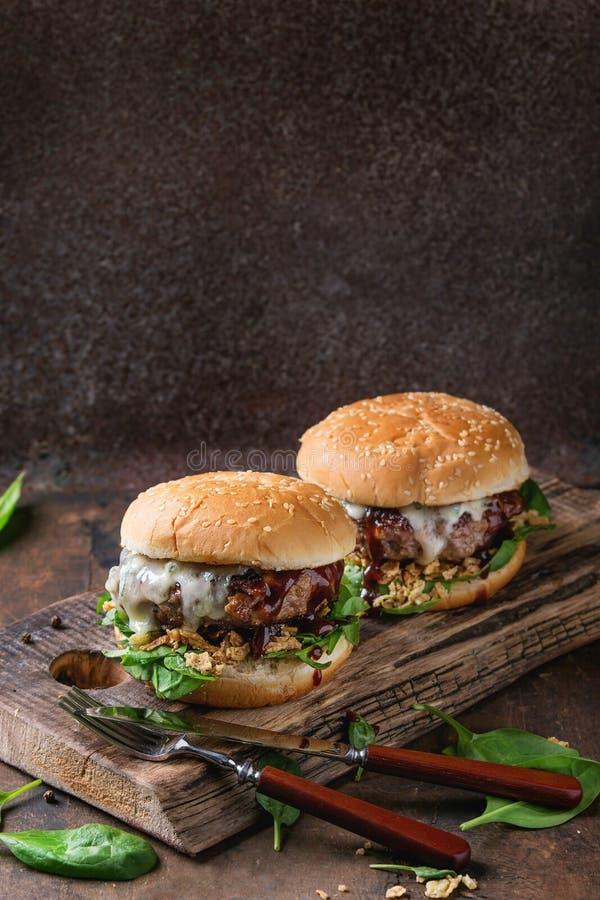 Hamburger com carne e espinafres foto de stock