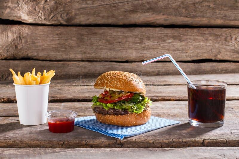 Hamburger com fritadas e cola fotografia de stock