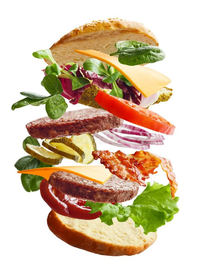 Hamburger com ingredientes do voo imagem de stock royalty free