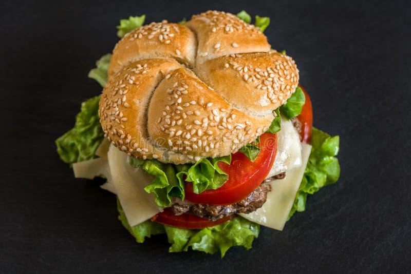 Hamburger com legumes frescos imagem de stock royalty free