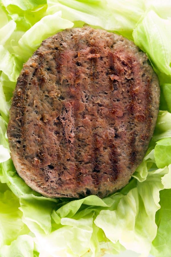 Hamburger con insalata bio- immagini stock libere da diritti
