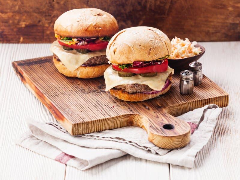 Hamburger con insalata di cavoli fotografie stock