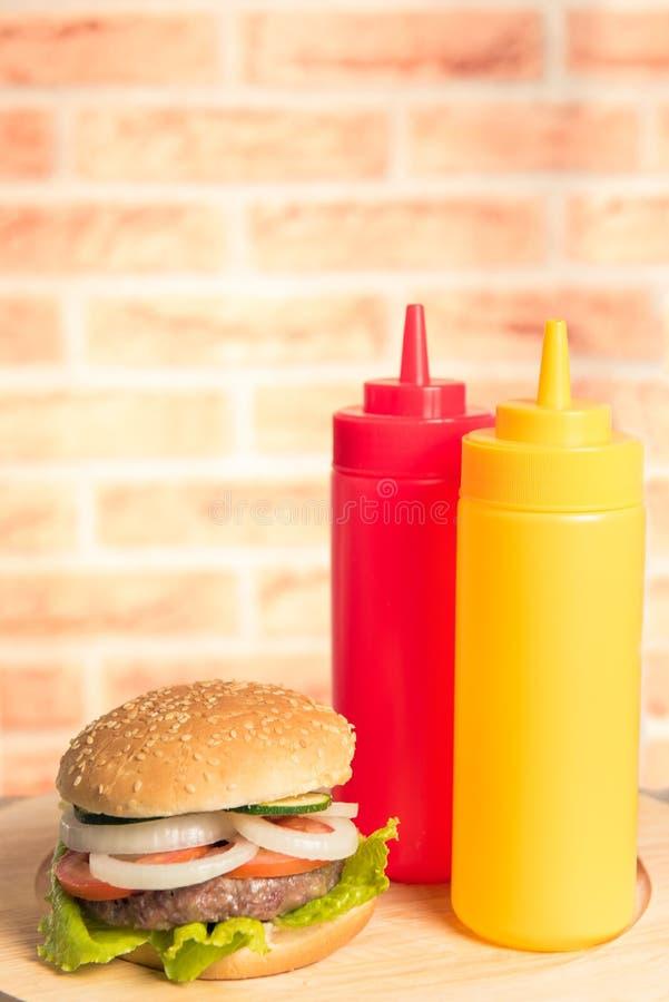 Hamburger con ketchup e senape fotografia stock