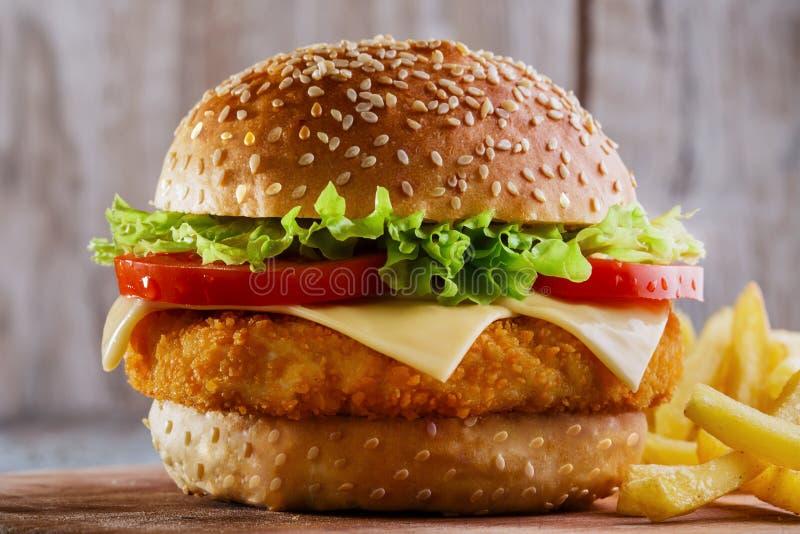 Hamburger con la cotoletta impanata immagini stock libere da diritti