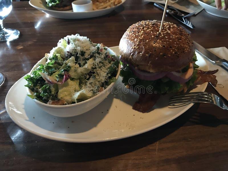 Hamburger con le insalate fotografia stock libera da diritti