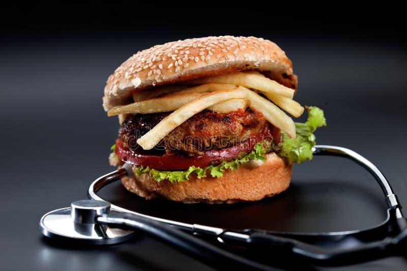 Hamburger con lo stetoscopio fotografia stock libera da diritti