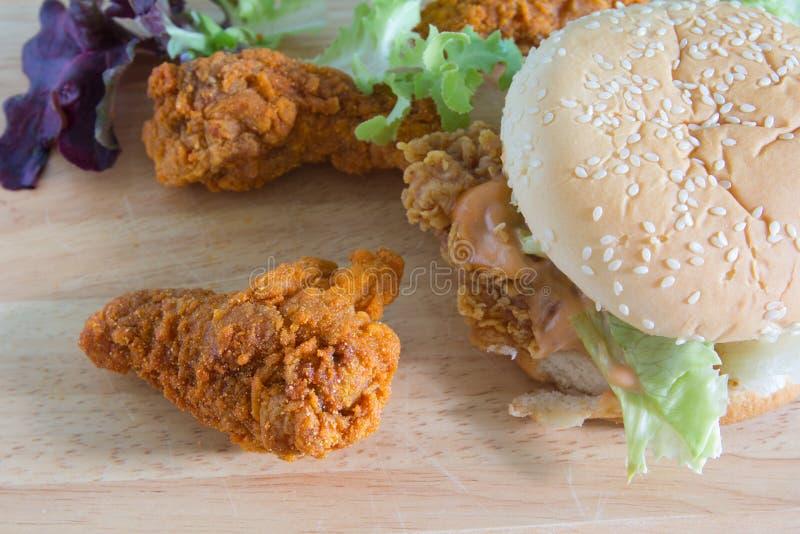 Hamburger con pollo fritto fotografie stock libere da diritti
