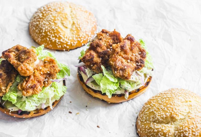 Hamburger con pollo fritto, la salsa della maionese, il cavolo ed i sottaceti fotografia stock libera da diritti