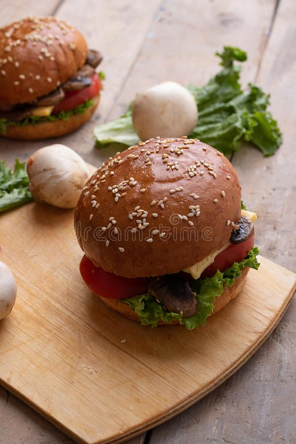 hamburger cotto del sesamo, micro verdi ed ingredienti delle verdure crude immagine stock