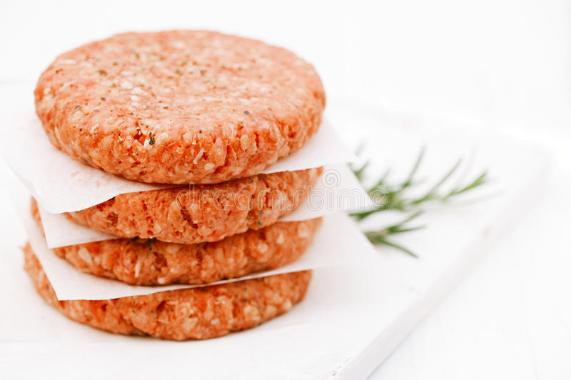 Hamburger crudi per gli hamburger, in un mucchio fotografia stock libera da diritti