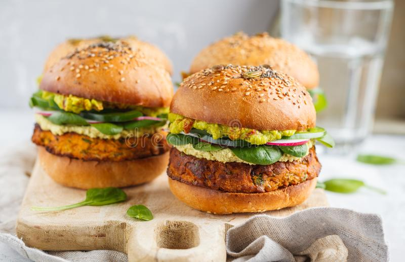 Hamburger cuit au four sain de patate douce avec le petit pain entier de grain, guacamol image stock