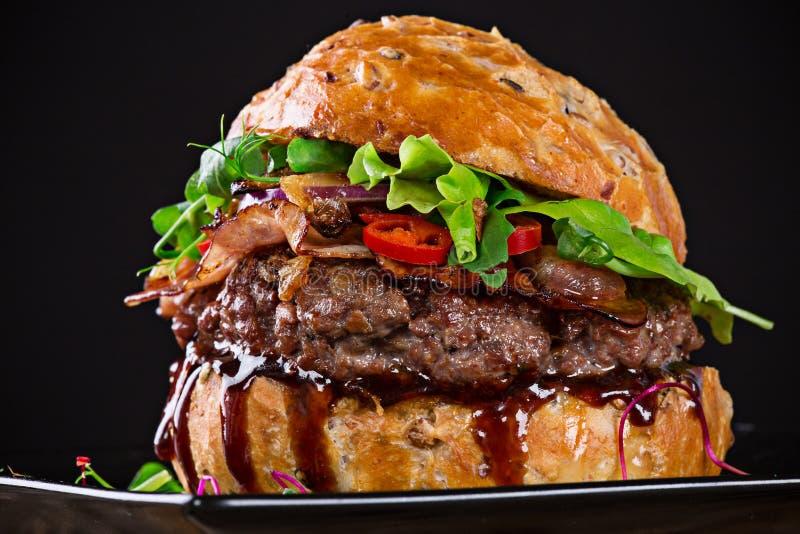 Hamburger délicieux sur le fond foncé photographie stock