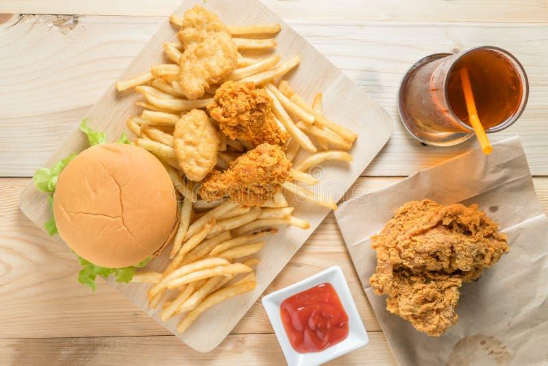 Hamburger d'aliments de préparation rapide avec le poulet frit et les pommes frites d'ensemble sur W photo stock