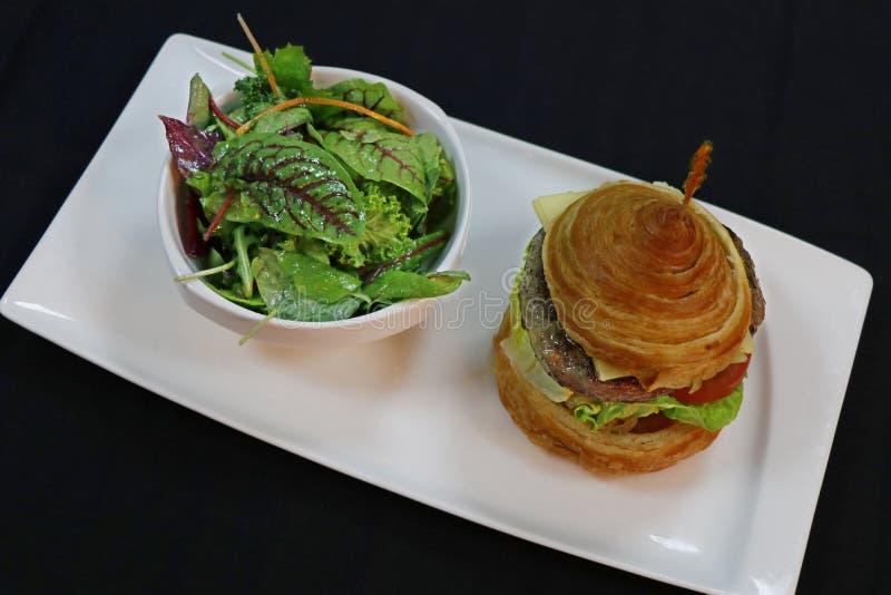 Hamburger de boeuf de Wagyu avec le croissant images libres de droits