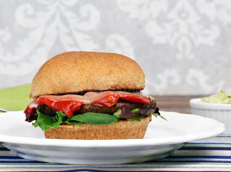 Hamburger de champignon de Portobello avec le poivron rouge rôti, basilic, vert photos stock