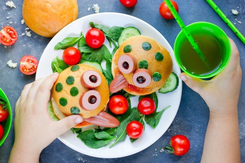 Hamburger de grenouille d'amusement avec avec des légumes pour des enfants images stock
