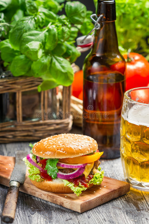 Hamburger de Homemad e uma cerveja fria imagens de stock royalty free