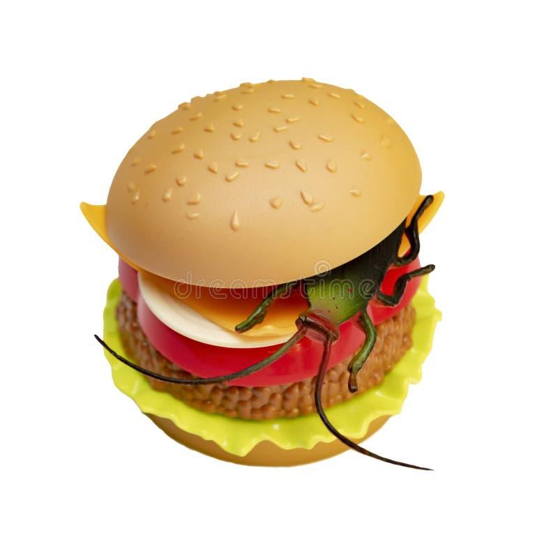 Hamburger de jouet avec le cancrelat de jouet à l'intérieur D'isolement sur le fond blanc photo stock