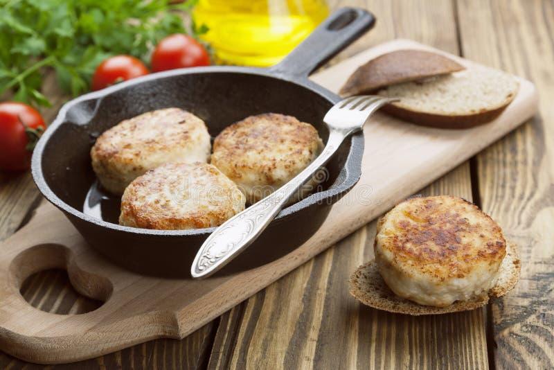 Hamburger in de pan stock afbeeldingen