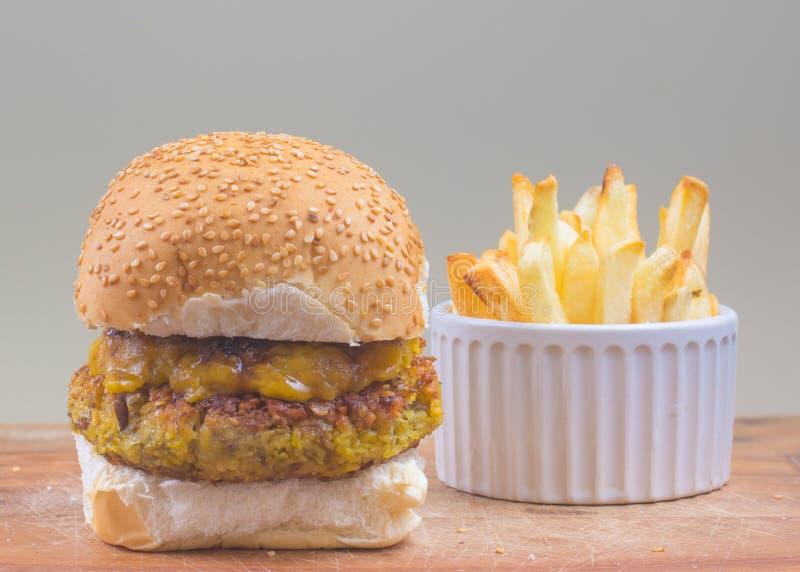Hamburger de pois chiches avec le cheddar de vegan images stock