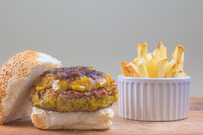 Hamburger de pois chiches avec le cheddar de vegan photo stock