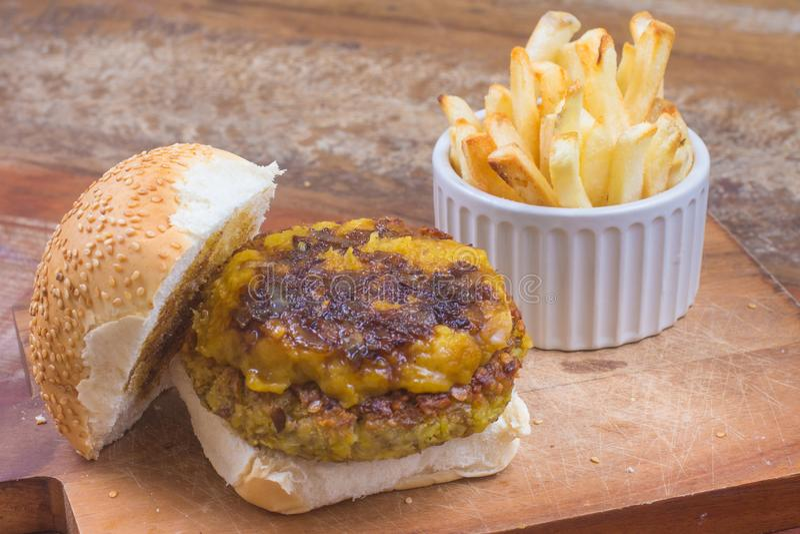 Hamburger de pois chiches avec le cheddar de vegan images libres de droits
