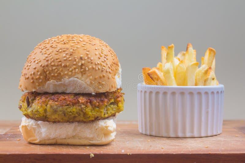Hamburger de pois chiches de Vegan image libre de droits